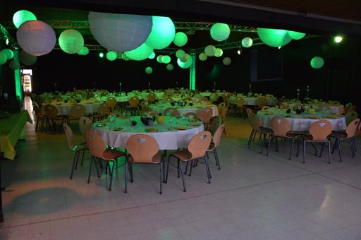 soirée privée mariage tables chaises fond noir boules lumineuses